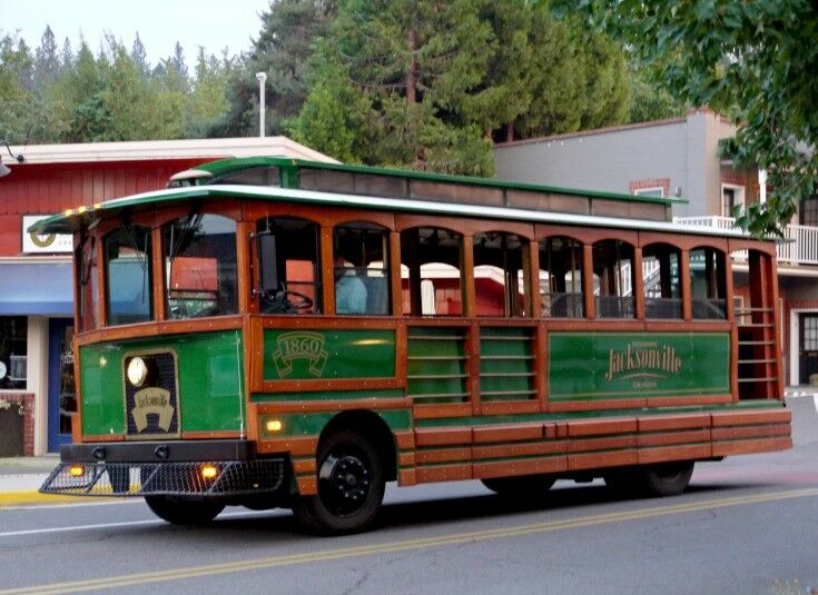 Jacksonville Trolley - Travel Oregon: A Day in Jacksonville | The Good Hearted Woman